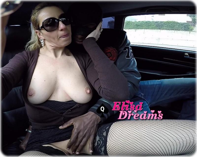 Bab elysa doigtée en voiture